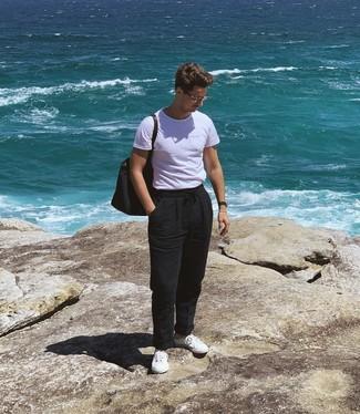 Comment porter: t-shirt à col rond blanc, pantalon chino en lin noir, baskets basses blanches, sac fourre-tout en toile bleu marine