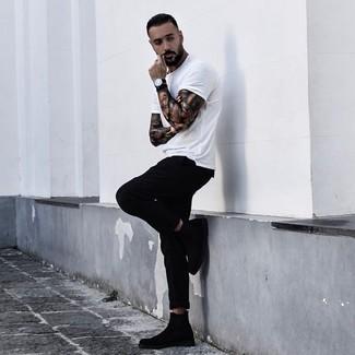 Comment porter: t-shirt à col rond blanc, pantalon chino noir, bottines chelsea en daim noires, montre en cuir noire