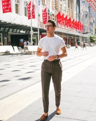Comment porter: t-shirt à col rond blanc, pantalon de costume en lin marron, slippers en daim tabac