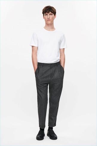Comment porter: t-shirt à col rond blanc, pantalon de costume en laine gris foncé, baskets à enfiler en cuir noires, chaussettes noires