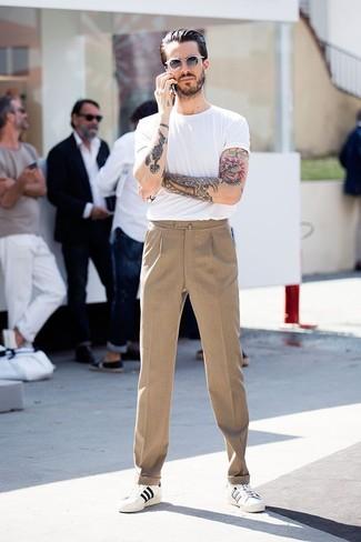 Comment porter: t-shirt à col rond blanc, pantalon de costume marron clair, baskets basses blanches, lunettes de soleil blanches