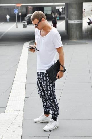 Comment porter: t-shirt à col rond blanc, pantalon de jogging imprimé noir et blanc, chaussures de sport blanches