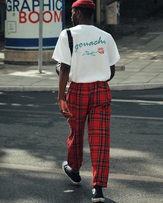 Comment porter: t-shirt à col rond imprimé blanc, pantalon de jogging écossais rouge, baskets montantes noires et blanches, bonnet rouge