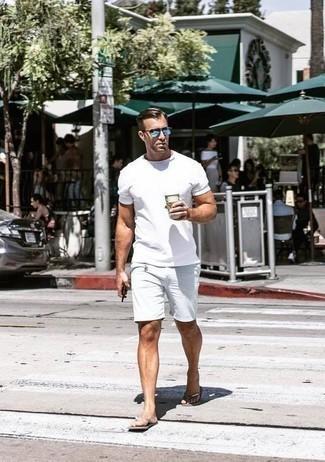 Comment porter des tongs: Marie un t-shirt à col rond blanc avec un short blanc pour une tenue idéale le week-end. Mélange les styles en portant une paire de des tongs.
