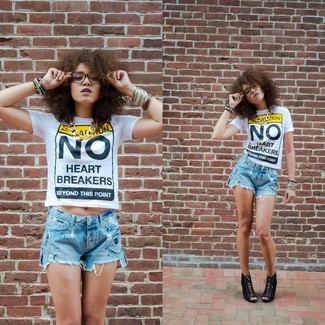 Comment porter: t-shirt à col rond imprimé blanc, short en denim déchiré bleu clair, sandales compensées en daim noires, collier doré