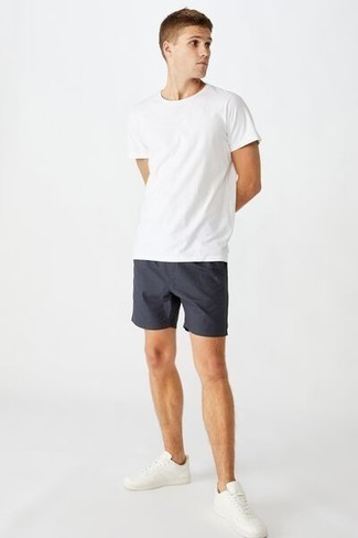 Comment porter des baskets basses en cuir blanches: Pour créer une tenue idéale pour un déjeuner entre amis le week-end, essaie d'associer un t-shirt à col rond blanc avec un short bleu marine. Une paire de baskets basses en cuir blanches est une option avisé pour complèter cette tenue.