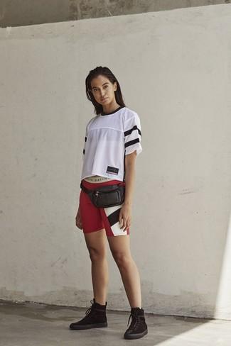 Comment porter: t-shirt à col rond en tulle blanc, short cycliste imprimé rouge, bottines plates à lacets en daim noires, sac banane en cuir noir