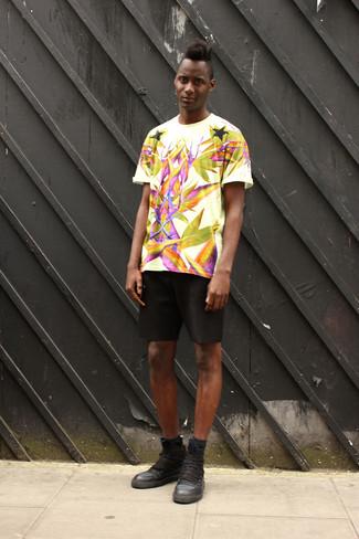 Comment porter: t-shirt à col rond imprimé blanc, short noir, baskets montantes en cuir noires, chaussettes noires