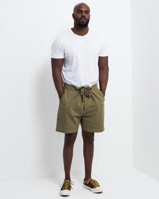 Comment porter: t-shirt à col rond blanc, short olive, baskets basses en toile moutarde