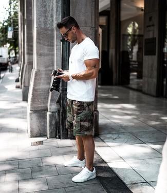 Comment porter: t-shirt à col rond blanc, short camouflage vert foncé, baskets basses blanches, lunettes de soleil noires