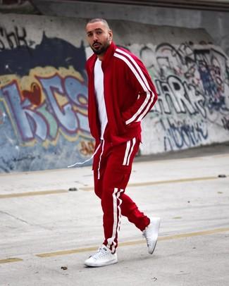 Comment porter: t-shirt à col rond blanc, survêtement rouge, baskets basses en cuir blanches