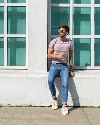 Comment porter: t-shirt à col rond à rayures horizontales bleu clair, jean bleu, baskets basses blanches, lunettes de soleil bleues