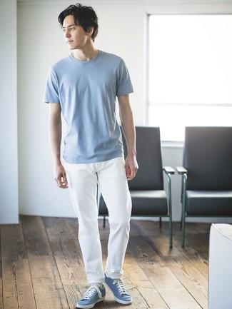 Comment porter: t-shirt à col rond bleu clair, pantalon chino blanc, baskets basses bleu clair