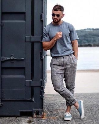 Comment porter un pantalon chino écossais: Pense à opter pour un t-shirt à col rond bleu clair et un pantalon chino écossais pour un déjeuner le dimanche entre amis. Une paire de des baskets basses en toile bleu clair est une option génial pour complèter cette tenue.