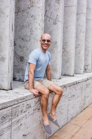 Comment porter: t-shirt à col rond bleu clair, short beige, espadrilles en toile bleu marine et blanc, lunettes de soleil gris foncé