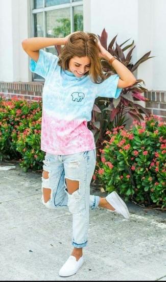 Comment porter: t-shirt à col rond ombre bleu, jean boyfriend déchiré bleu clair, baskets à enfiler blanches, montre en cuir marron