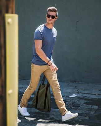 Comment porter: t-shirt à col rond bleu, jean marron clair, baskets basses blanches, chaussettes noires