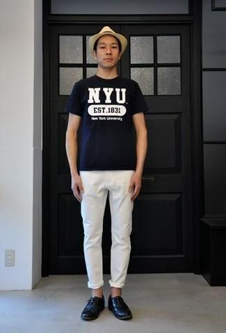 Comment porter des chaussures derby en cuir bleu marine: Associe un t-shirt à col rond imprimé bleu marine et blanc avec un pantalon chino blanc pour un déjeuner le dimanche entre amis. D'une humeur créatrice? Assortis ta tenue avec une paire de des chaussures derby en cuir bleu marine.