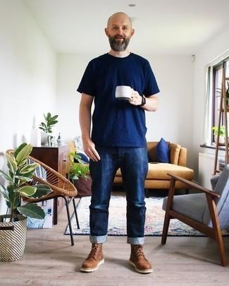Comment porter des bottes de loisirs en daim marron: Pense à porter un t-shirt à col rond bleu marine et un jean bleu marine pour un look de tous les jours facile à porter. Complète cet ensemble avec une paire de des bottes de loisirs en daim marron pour afficher ton expertise vestimentaire.