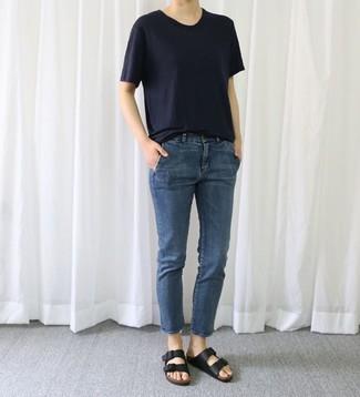 Comment porter: t-shirt à col rond bleu marine, jean bleu marine, sandales plates en cuir noires