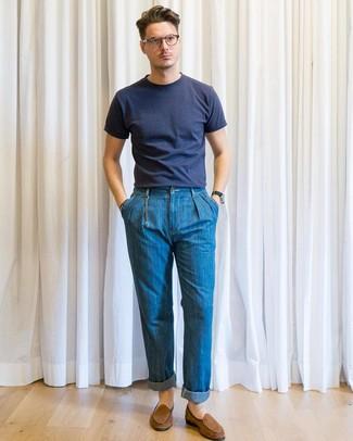 Comment porter: t-shirt à col rond bleu marine, jean bleu, slippers en daim marron