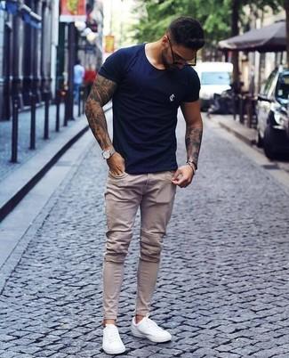 Comment porter un jean skinny beige: Pour une tenue aussi confortable que ton canapé, pense à opter pour un t-shirt à col rond bleu marine et un jean skinny beige. Assortis cette tenue avec une paire de des baskets basses en cuir blanches pour afficher ton expertise vestimentaire.