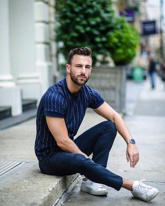 Comment porter: t-shirt à col rond à rayures verticales bleu marine, pantalon chino bleu marine, baskets basses en toile blanches, montre argentée