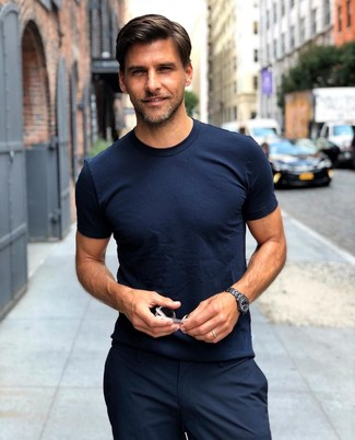 Comment porter: t-shirt à col rond bleu marine, pantalon de costume noir, montre en céramique noire