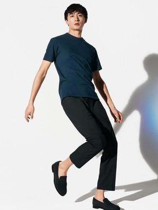 Comment porter: t-shirt à col rond bleu marine, pantalon de costume noir, slippers en daim noirs