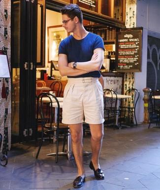 Comment porter: t-shirt à col rond bleu marine, short en lin beige, slippers en cuir noirs, montre en cuir bleu marine