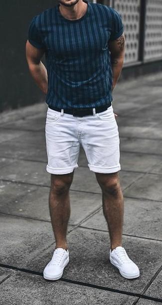 Comment porter: t-shirt à col rond à rayures verticales bleu marine, short en denim blanc, baskets basses en toile blanches, ceinture en cuir noire