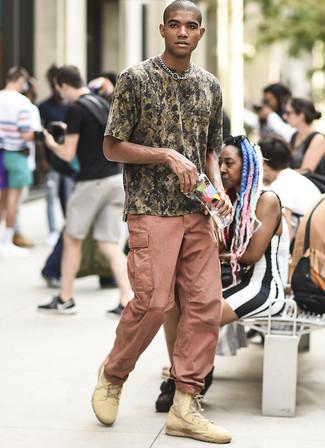 Comment porter un t-shirt à col rond camouflage olive: Pour une tenue aussi confortable que ton canapé, essaie de marier un t-shirt à col rond camouflage olive avec un pantalon cargo rose. D'une humeur audacieuse? Complète ta tenue avec une paire de des bottes de loisirs en cuir marron clair.