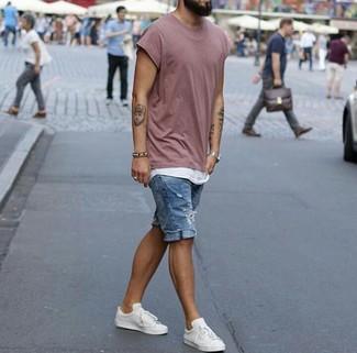 Comment porter: t-shirt à col rond rose, débardeur blanc, short en denim déchiré bleu, baskets basses en cuir blanches