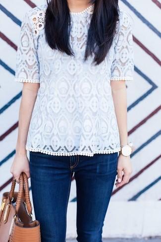 Comment porter: t-shirt à col rond en dentelle blanc, jean skinny bleu marine, sac fourre-tout en cuir marron clair