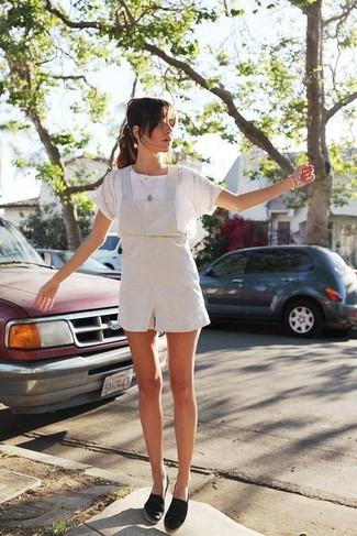 Comment porter: t-shirt à col rond en dentelle blanc, salopette-short blanche, espadrilles en toile noires