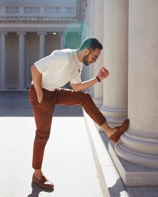 Comment porter: t-shirt à col rond en tricot blanc, pantalon chino tabac, slippers en cuir marron