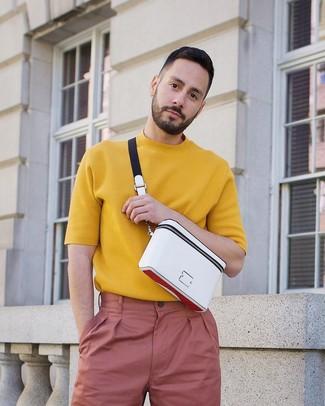 Comment porter: t-shirt à col rond en tricot moutarde, pantalon chino rose, sac banane blanc