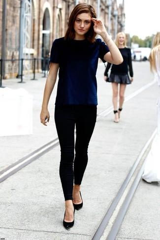 T shirt a col rond en velours bleu marine jean skinny noir escarpins en cuir large 1030