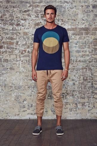 Comment porter: t-shirt à col rond géométrique bleu marine, pantalon de jogging marron clair, tennis gris foncé