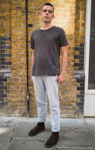 Comment porter un t-shirt à col rond gris foncé: Pense à associer un t-shirt à col rond gris foncé avec un jean bleu clair pour un look de tous les jours facile à porter. Apportez une touche d'élégance à votre tenue avec une paire de des bottines chukka en daim marron foncé.