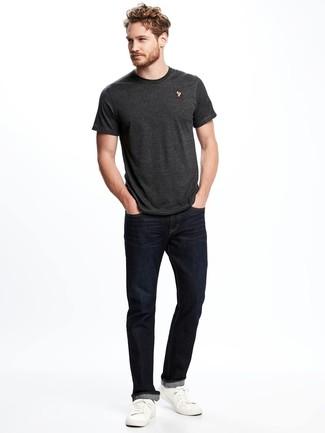 Comment porter: t-shirt à col rond gris foncé, jean bleu marine, baskets basses en cuir blanches