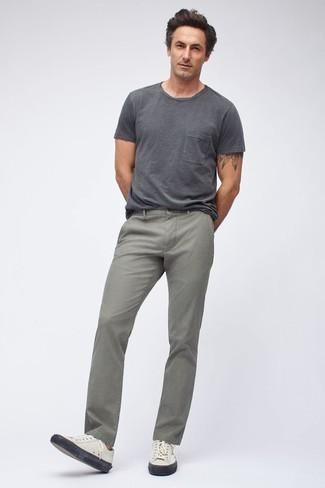 Comment porter un t-shirt à col rond gris foncé: Pour une tenue de tous les jours pleine de caractère et de personnalité marie un t-shirt à col rond gris foncé avec un jean gris. Cet ensemble est parfait avec une paire de des baskets basses en cuir blanches.