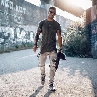 Comment porter: t-shirt à col rond gris foncé, jean gris, chaussures de sport grises