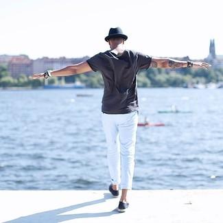 Comment porter: t-shirt à col rond gris foncé, pantalon chino blanc, double monks en daim bleu marine, chapeau bleu marine