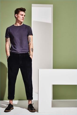 Comment porter: t-shirt à col rond gris foncé, pantalon chino noir, chaussures derby en cuir noires