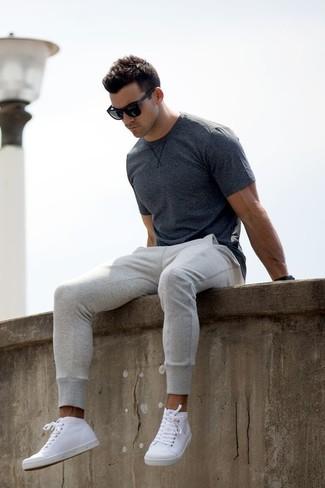 Comment porter: t-shirt à col rond gris foncé, pantalon de jogging gris, baskets montantes en cuir blanches, lunettes de soleil noires