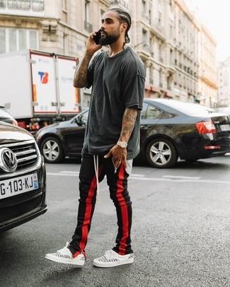 Comment porter: t-shirt à col rond gris foncé, pantalon de jogging rouge et noir, baskets basses blanches, montre dorée