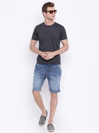 Comment porter: t-shirt à col rond gris foncé, short en denim bleu, espadrilles en toile imprimées noires