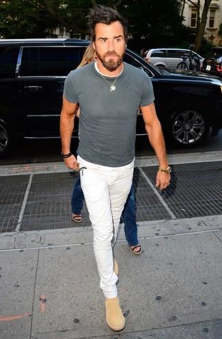Comment porter: t-shirt à col rond gris, jean blanc, bottines chelsea en daim marron clair