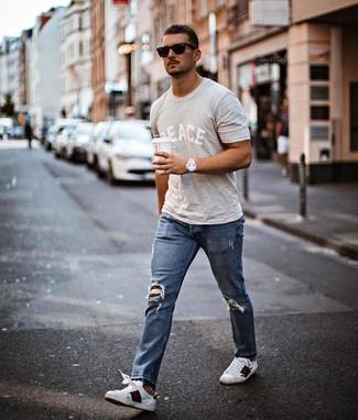 Comment porter: t-shirt à col rond imprimé gris, jean déchiré bleu, baskets basses en cuir imprimées blanches, lunettes de soleil noires